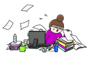 書類整理に苦戦する女性